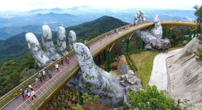 06.09.2018  Во Вьетнаме появился мост, расположенный на двух огромных руках